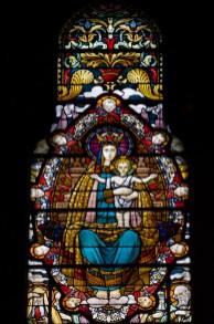 Vitral de la Virgen con el Niño en la Basílica de Notre-Dame de Fourvière, Lyon, Francia