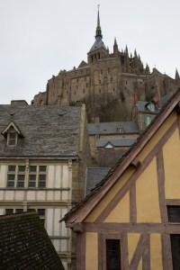 Abadía del Mont-Saint-Michel y casas tradicionales, Normandía, Francia