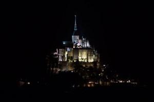 Vista nocturna del Mont-Saint-Michel, Normandía, Francia