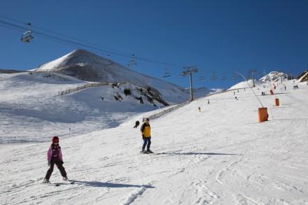 Practicando deportes de invierno en Arinsal, Andorra
