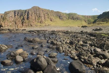 Playa, rocas y acantilados en la Costa de la Calzada, Irlanda del Norte