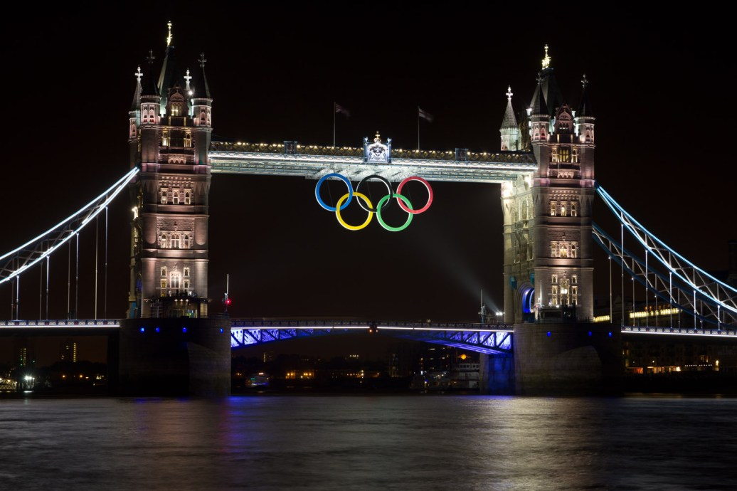 Tower Bridge de noche durante las Olimpiadas de Londres 2012, Londres, Inglaterra