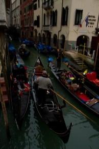 Atasco de góndolas en un canal de Venecia, Italia