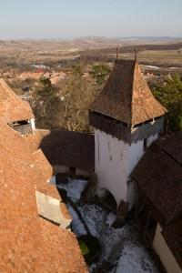 Vista desde la torre de la iglesia fortificada de Viscri, Rumanía