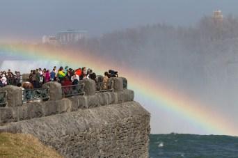 Turistas contemplando un arcoiris en las Horseshoe Falls, Niagara Falls, Canadá