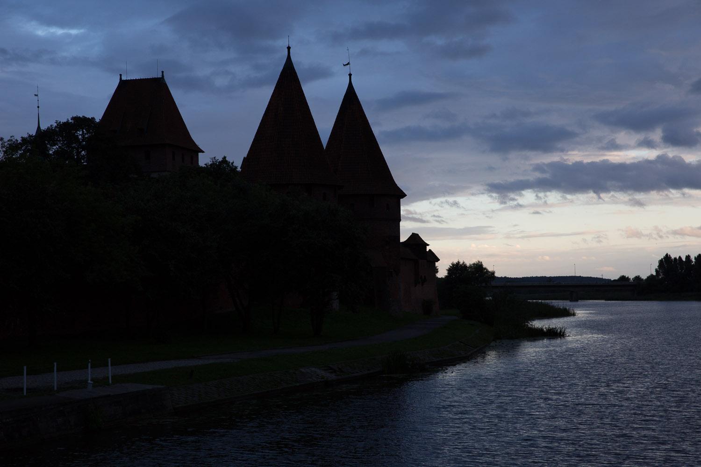 La fortaleza de Malbork al atardecer, Polonia