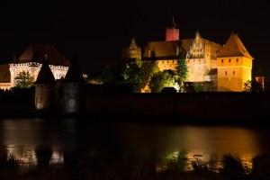 La fortaleza de Malbork de noche, Polonia