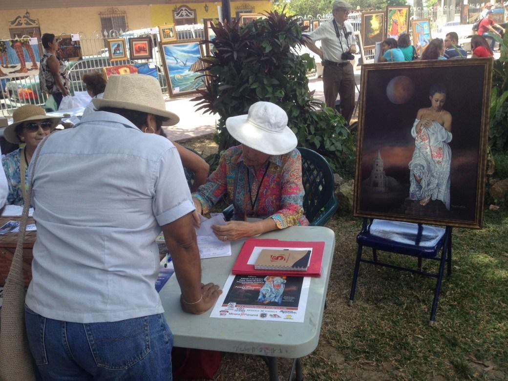 Exhibición de la pintura a sortear durante el desarrollo de Arte en el Parque