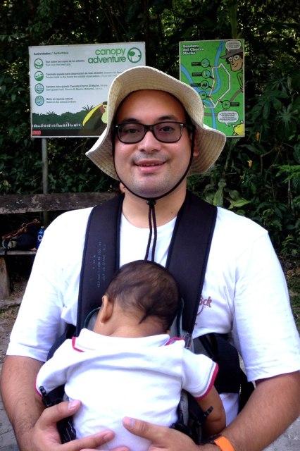 Nuestro pequeño dormido tras una aventura en el bosque lluvioso tropical en El Valle de Antón, Panamá