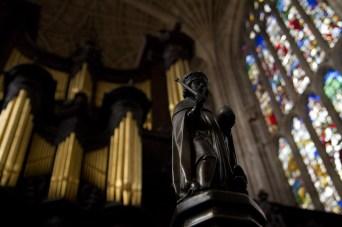 Órgano y estatua de Enrique VI en el coro de la capilla de King's College, Cambridge, Inglaterra