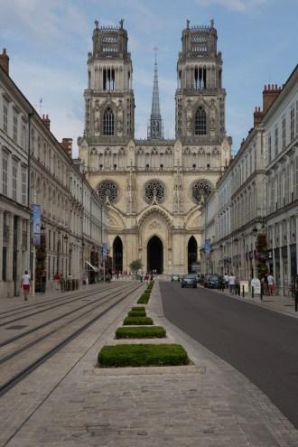 Lunes 3 — La célebre catedral gótica de la Ciudad de Orleans, emplazada en pleno centro de la ciudad.