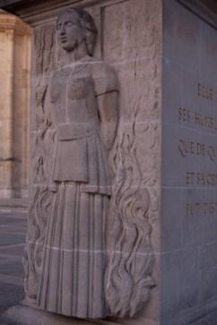 Viernes 7 — Monumento a la heroína de la ciudad, Juana de Arco, ubicado frente a la catedral.