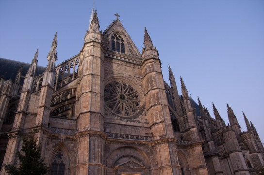 Domingo 9 — Vista lateral de la catedral donde se encuentra una enorme roseta.