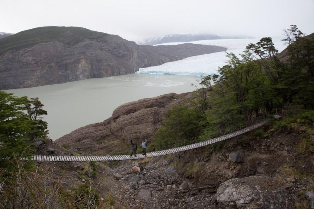 Puente en el sendero hacia el paso Gardner, Torres del Paine, Chile