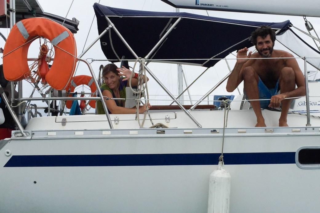 Jaad y Lourdes a bordo del velero Cinco en San Blas, Panamá