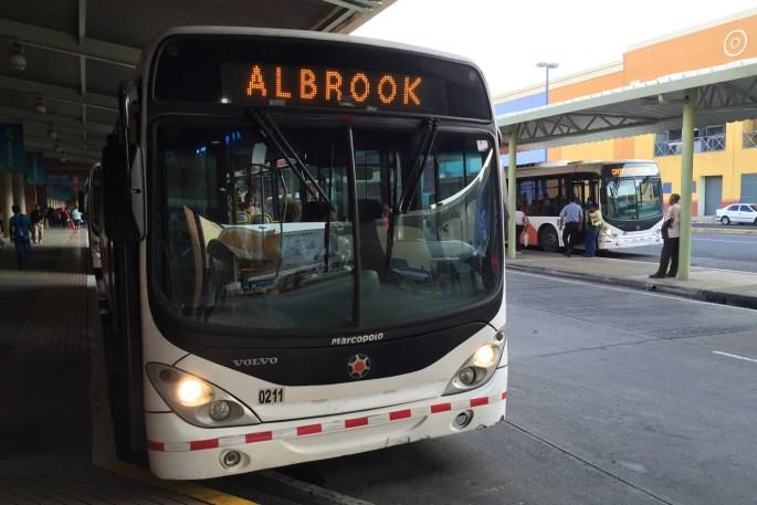 Autobús en terminal de Albrook, Panamá