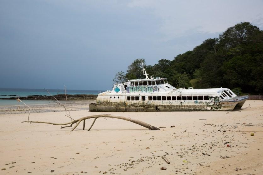 Barco encallado en playa Larga, propiedad del Hotel Contadora