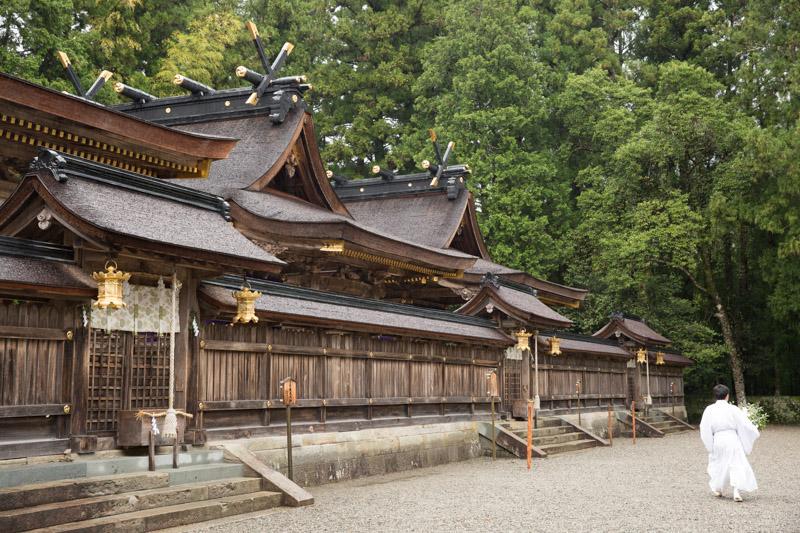 Monje en el edificio principal de Kumano Hongu Taisha, Japón