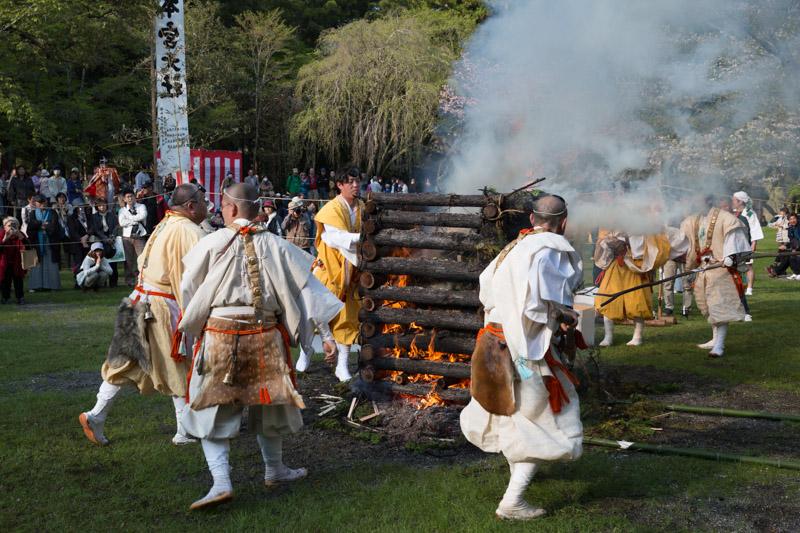 Ritual de fuego del festival de primavera de Kumano Hongu Taisha, Japón