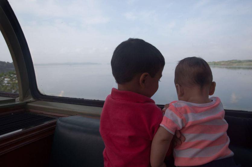 Los pequeños de la familia disfrutando de las vistas