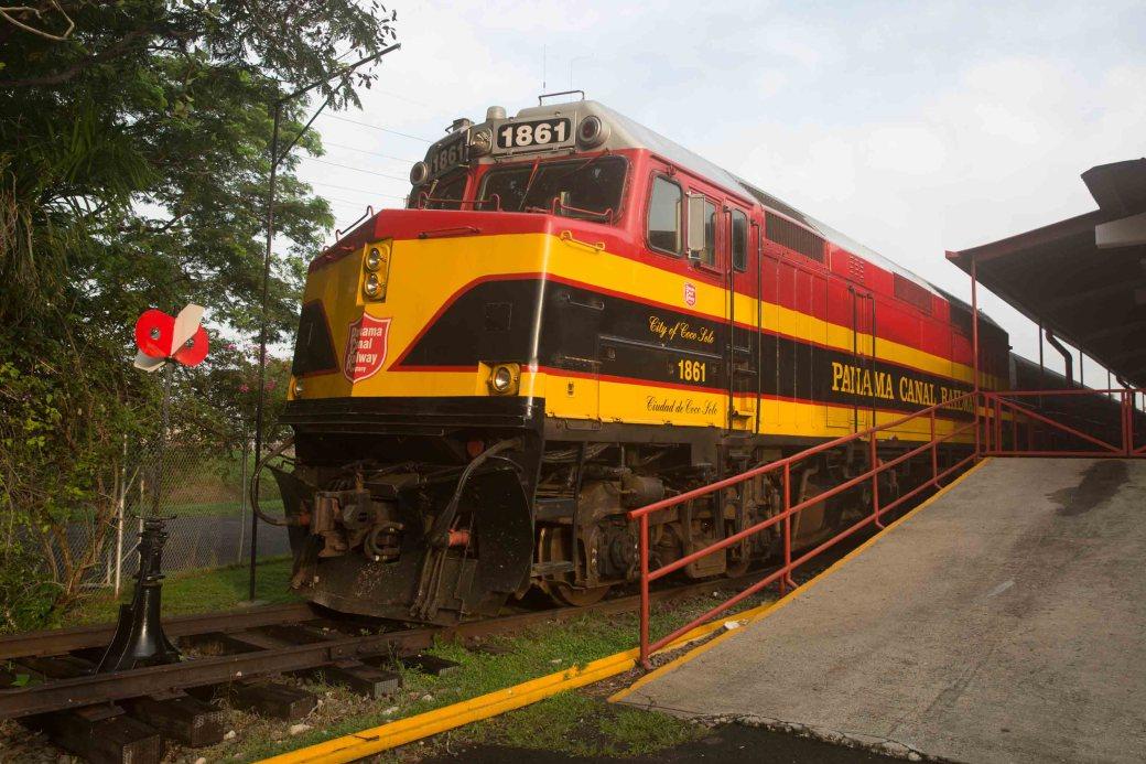 La locomotora del tren con sus colores característicos