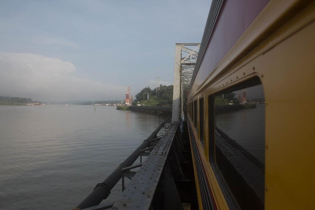 El tren a su paso por el puente de Gamboa