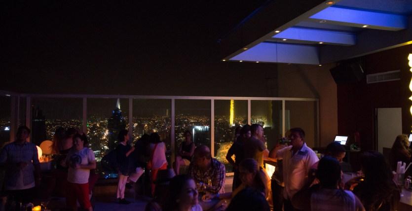 La noche en ciudad de Panamá desde la terraza de un bar