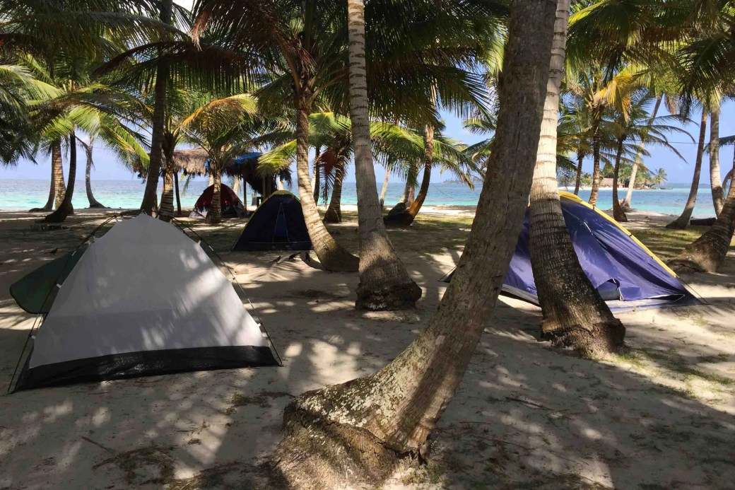 Camping en isla Perro Chico, archipiélago de Guna Yala o San Blas, Panamá