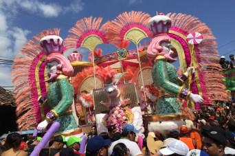Carroza alegórica de día en el carnaval de Las Tablas