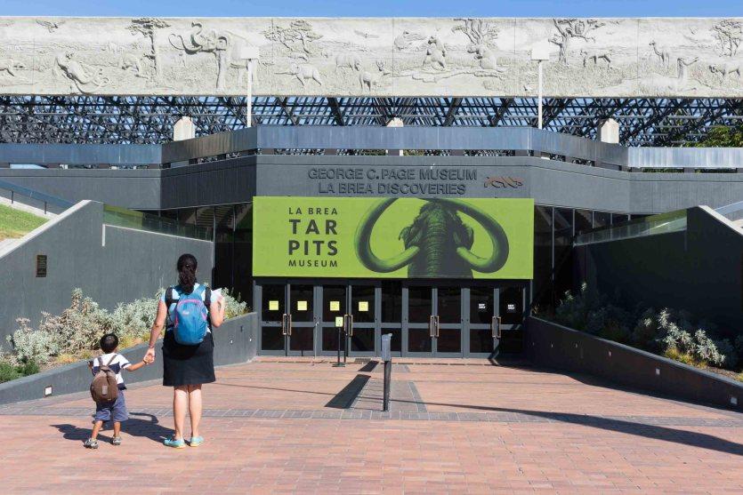 Entrada al museo George C. Page en La Brea Tar Pits, Los Ángeles, California, EE.UU.