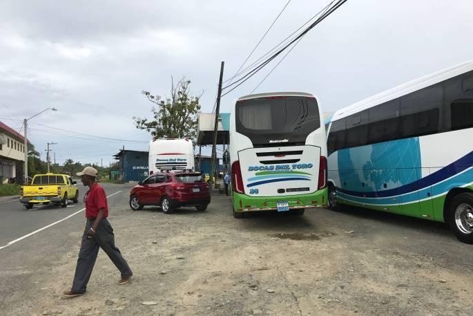 Buses de Tranceibosa en el cruce de Almirante, Bocas del Toro, Panamá