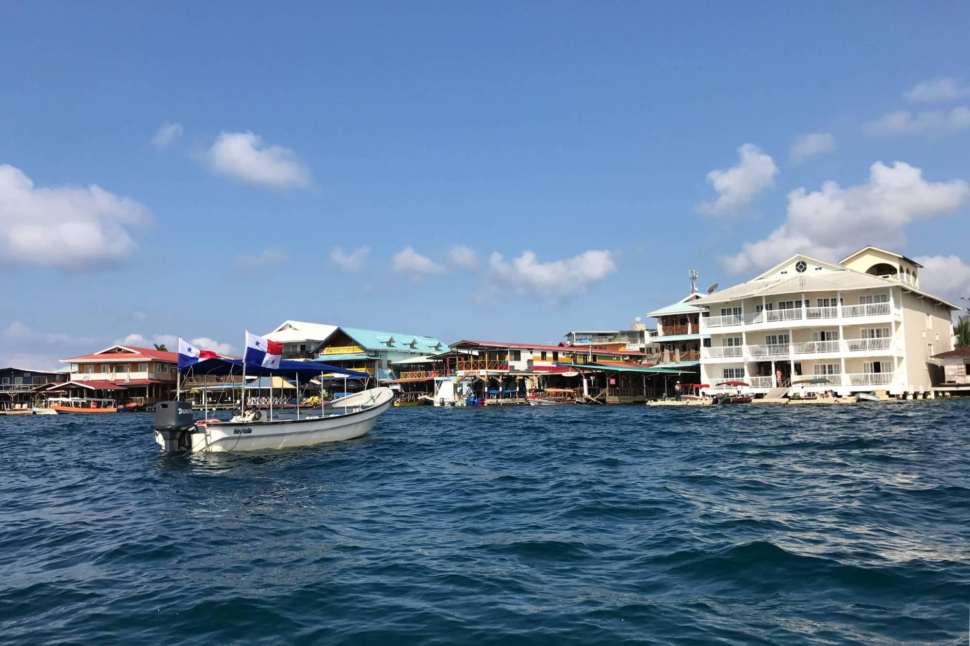 La calle primera del pueblo de Bocas del Toro vista desde el mar, Panamá