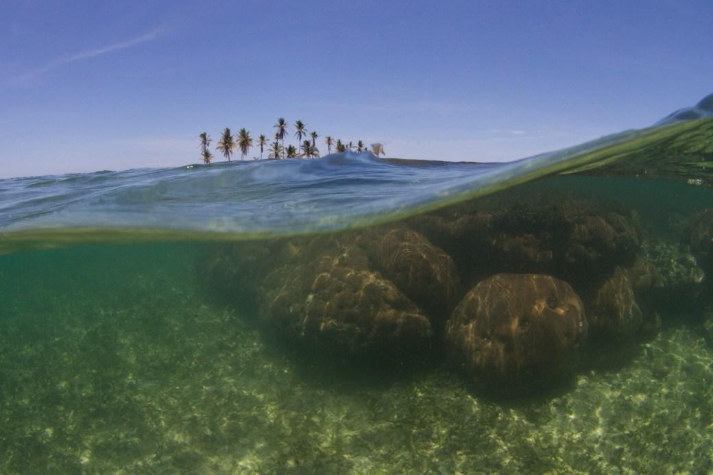 Coral e islas en el archipiélago de Guna Yala, Panamá