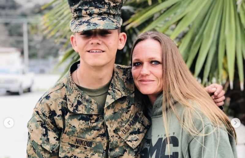 کریم نیکویی در کنار مادرش