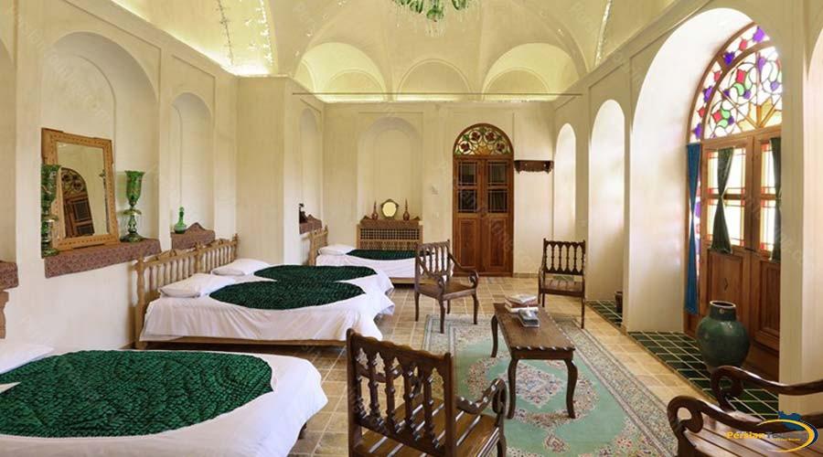 morshedi-house-hotel-kashan-shah-neshin-four-beds-room-1