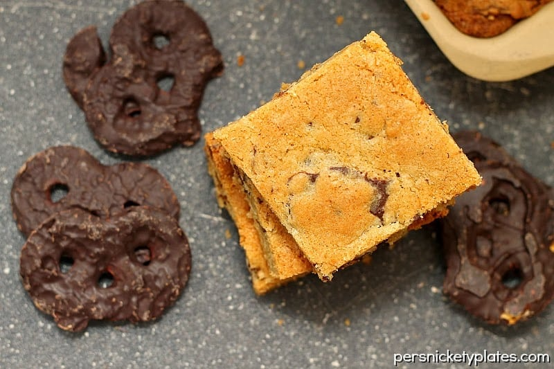 Dark Chocolate Covered Pretzel Cookie Bars are a quick and easy bar recipe, perfect for large crowds. Made with dark chocolate and crunchy pretzels these bars will satisfy any sweet tooth.