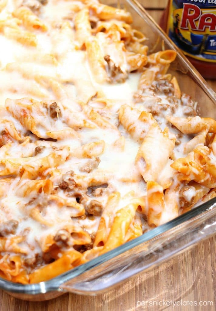 Baked Red and White Mostaccioli - only 4 ingredients in this super simple dinner! | Persnickety Plates #sp