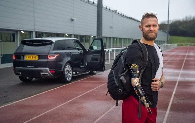 Jaguar Land Rover facilita accesso a bordo aprendo automaticamente la portiera
