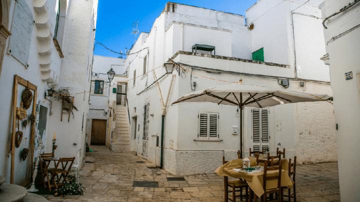 Bianco come i Trulli: Cisternino il borgo misterioso in Puglia