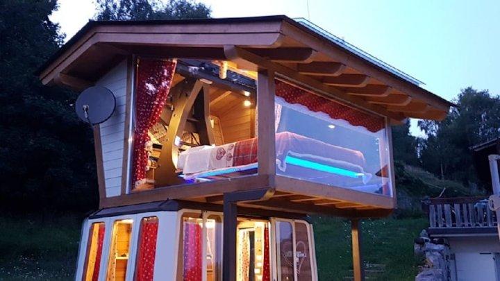 Dormire in una vecchia cabina della funivia… in Lombardia
