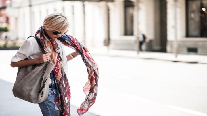Manila Grace e il suo accessorio icona: il foulard