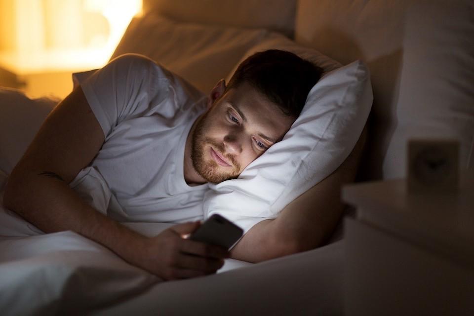 Smartphone: 19.5 milioni lo usano a letto e 11 milioni in bagno