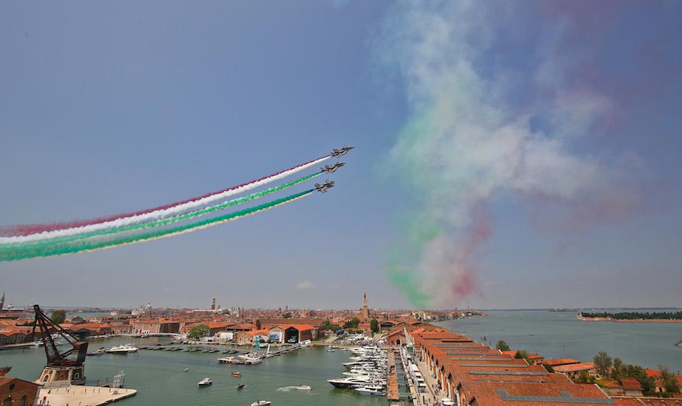 Salone Nautico Venezia 2021: le Frecce Tricolori sorvolano l'Arsenale per l'apertura della mostra navale