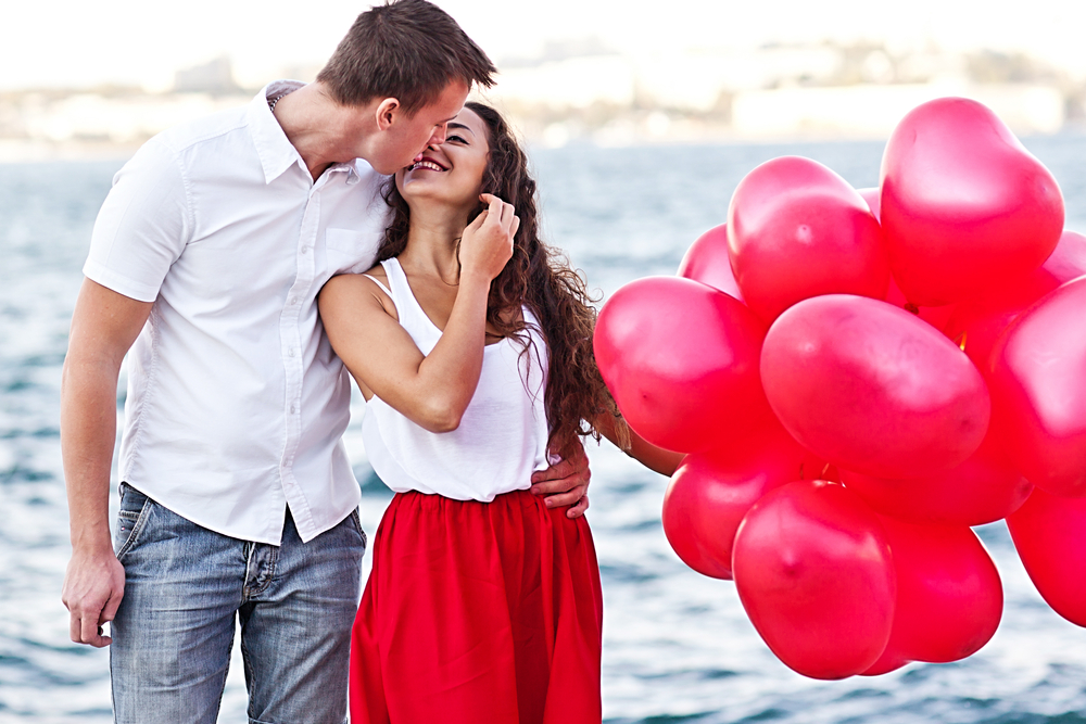 A sweet walk with a bouquet of red balloons on the beach with your love is a healthy Valentine's day choice.