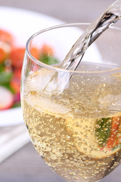 Pin this great weight loss tip: add some sparkling water to your wine, it will help you maintain your weight.