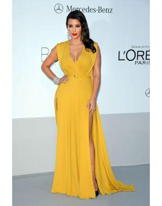 Robe Kim Kardashian très fendue décolleté en v, tissu: mousseline de soie