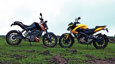 side Bajaj Pulsar 200NS VS KTM DUKE 200 topgear india Pertamax7.com