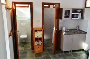 Kuchyňský kout, koupelna a záchod v patře