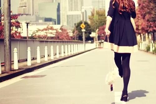 ミニスカートで闊歩する女性