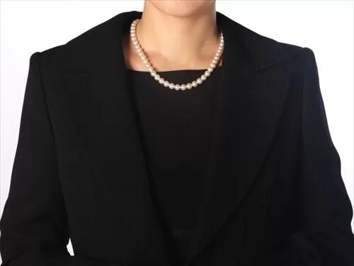 喪服にパールのネックレスをつけている女性